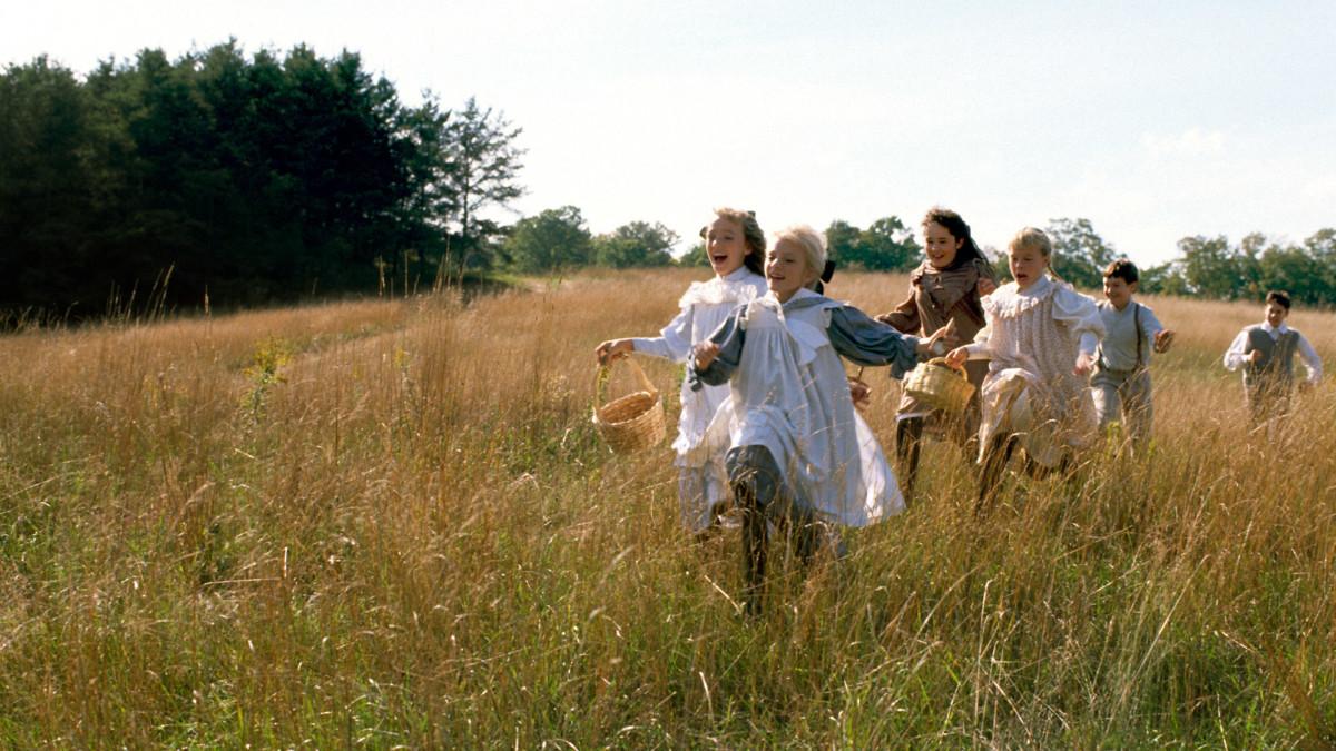 Jelenet a Váratlan utazásból, gyerekek futnak a mezőn.