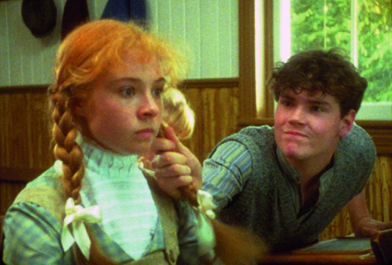Gilbert meghúzza Anne haját az iskolában