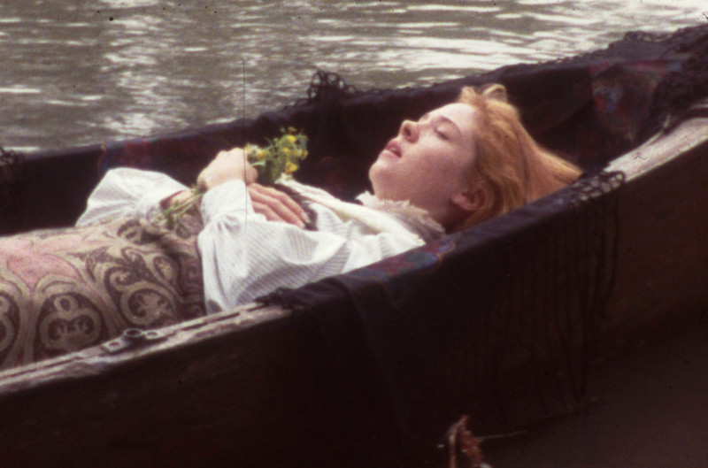 Anne egy csónakban fekszik becsukott szemmel