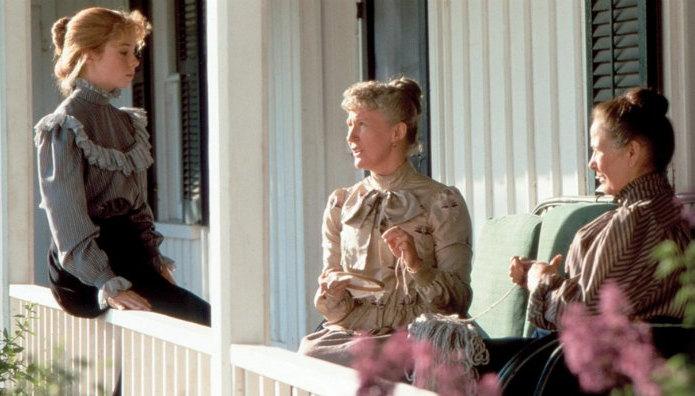 Anne, Rachel és Marilla a tornácon beszélgetnek