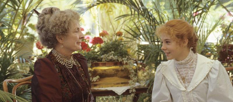 Miss Barry és Anne beszélgetnek a szalonban