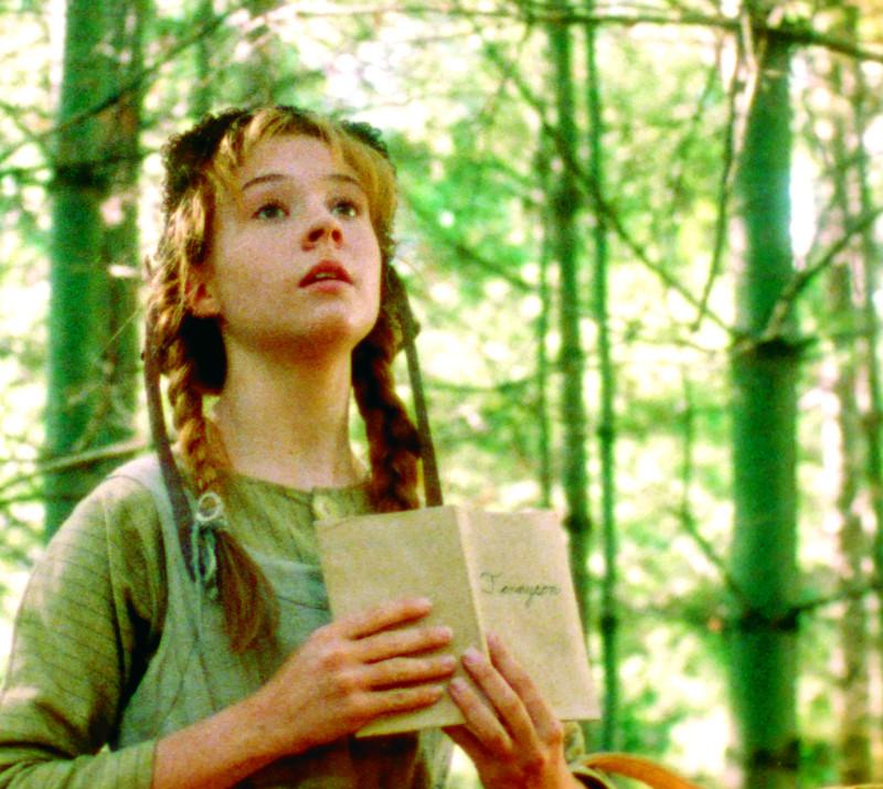 Anne olvas egy verset, miközben egy erdőben sétál