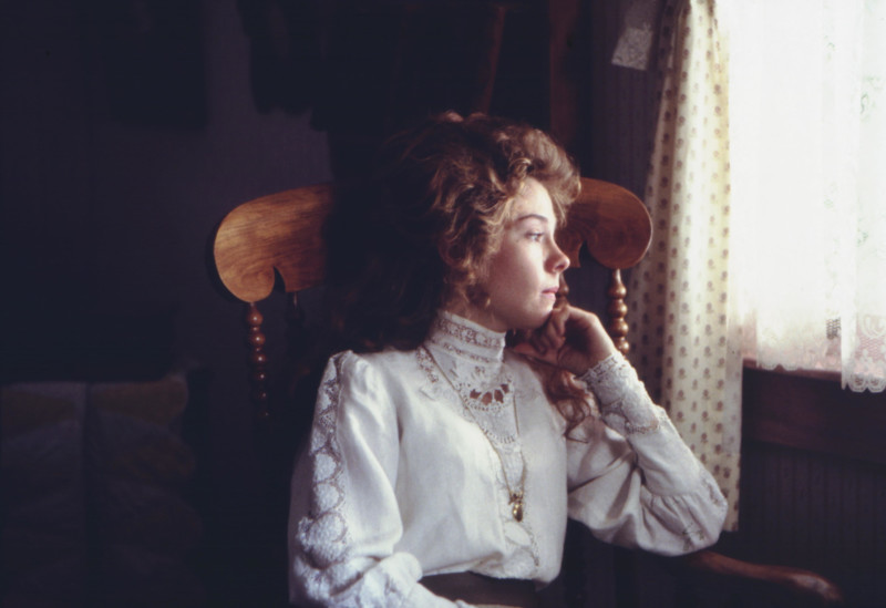 Anne az ablak mellett ül és kifelé néz