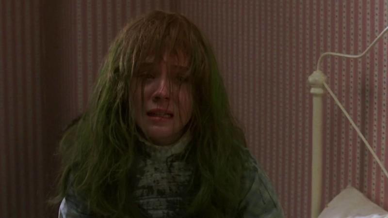 Anne zöldre festett hajjal sír