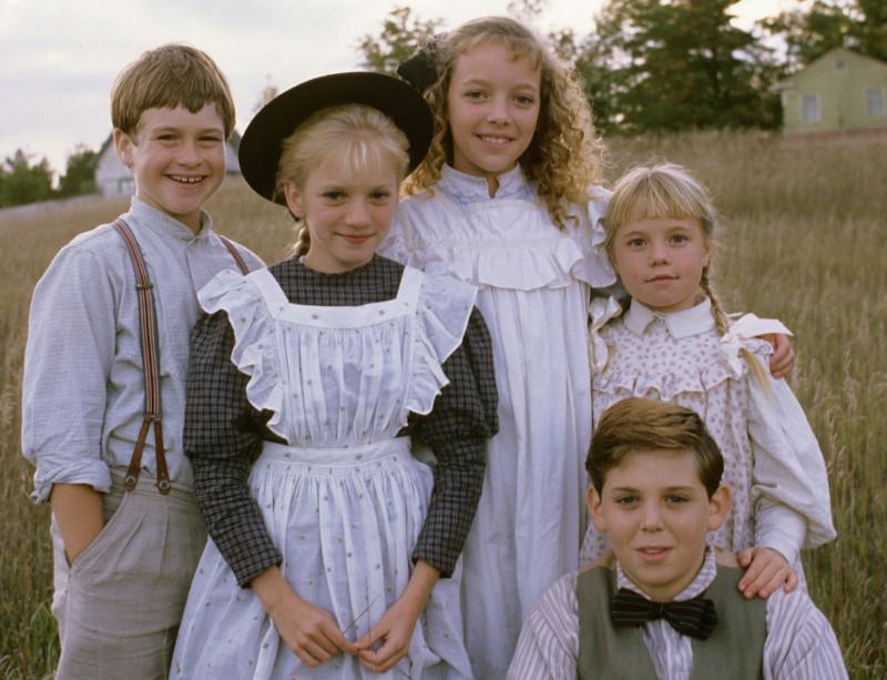 A King-gyerekek, Sara és Peter állnak egy mezőn