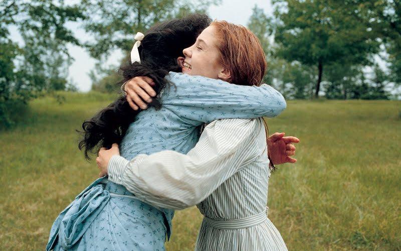 Diana és Anne ölelkeznek a mezőn