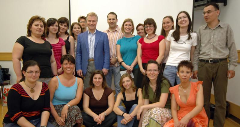 Kevin Sullivan és a magyar rajongók állnak csoportképet a 2009-es találkozón