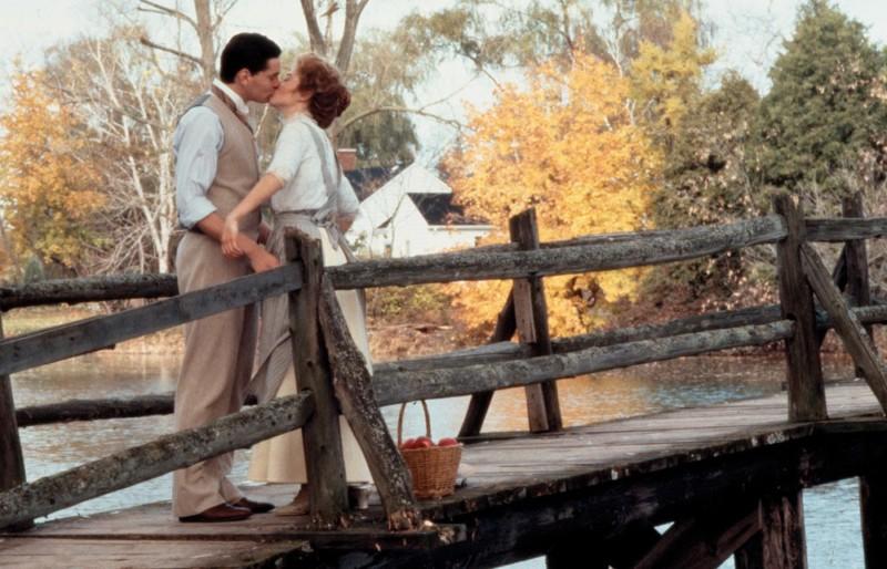 Gilbert és Anne csókolóznak a hídon