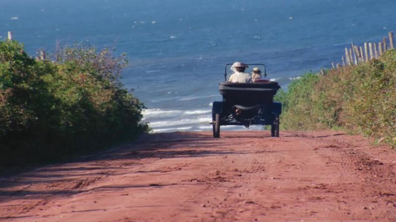 Jelenet: egy autó halad a tenger felé