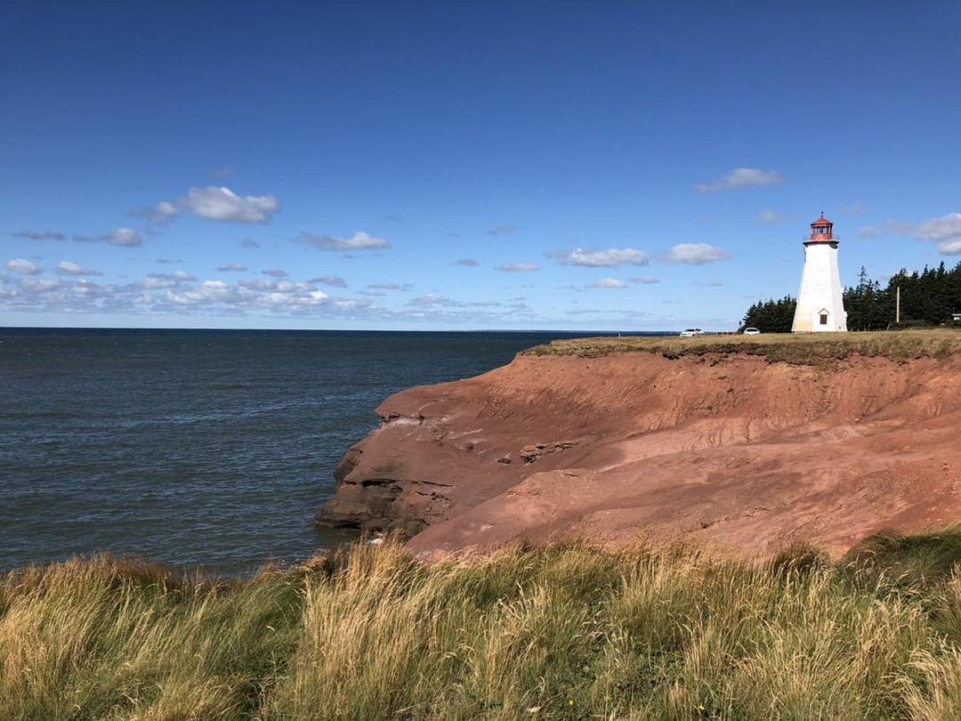 A Seacow Head világítótorony a Prince Edward-sziget tengerpartján