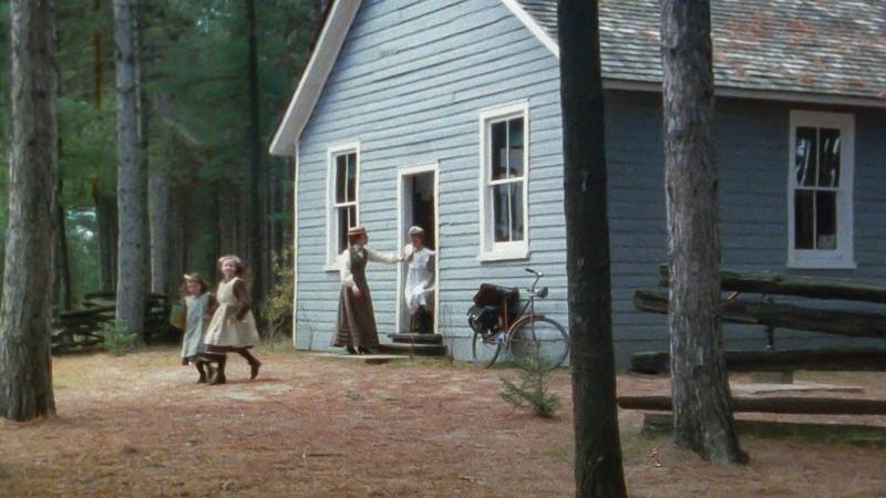 Jelenet: Anne és gyerekek jönnek kifelé az iskolaépületből