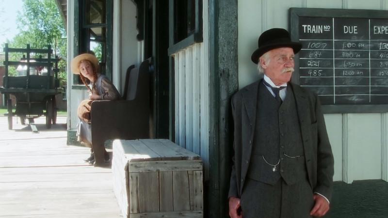 Jelenet: Matthew meglátja az állomáson Anne-t és megijed ettől