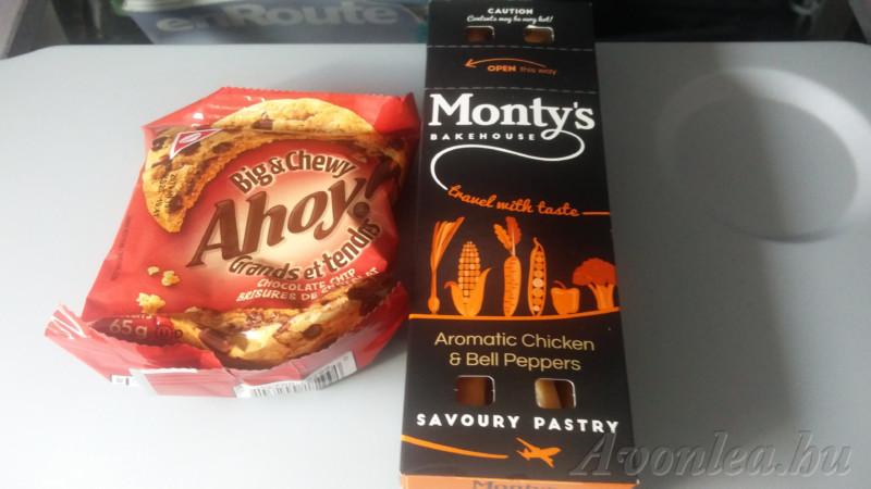 Melegített csirkés pékáru papírdobozban és csokis süti