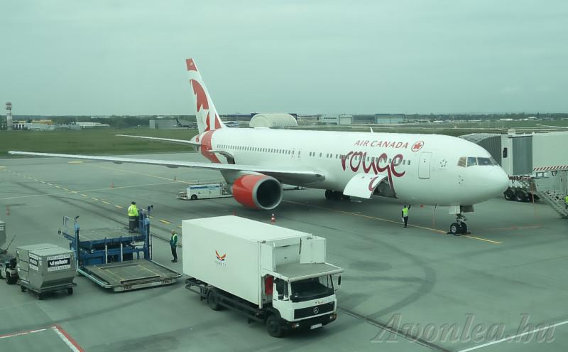 Az Air Canada Rouge járata áll a a Liszt Ferenc Nemzetközi Repülőtéren az egyik csápnál