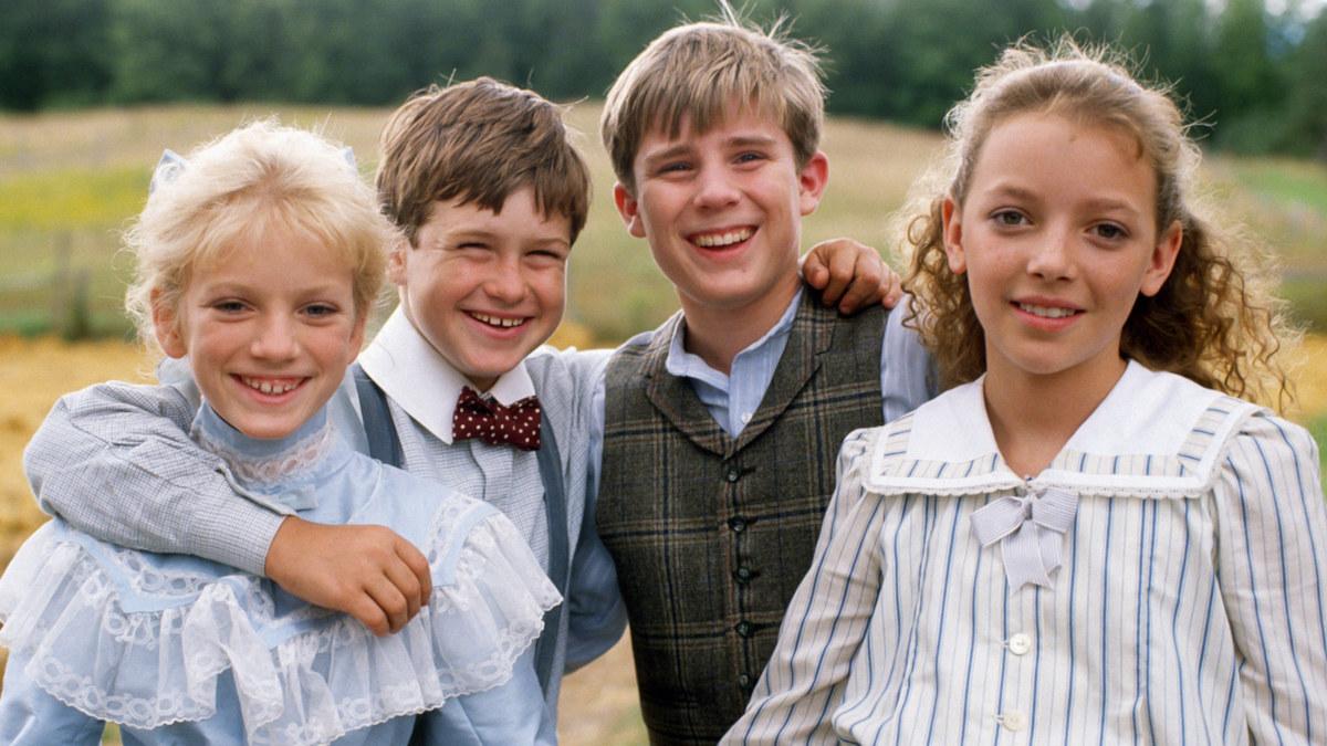Sara, Felix, Andrew és Felicity mosolyognak egymásba karolva