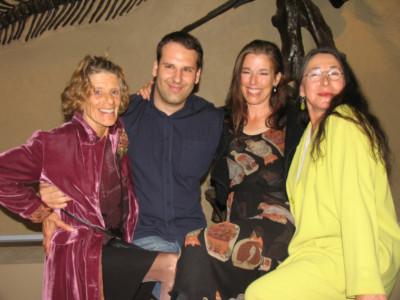 Hetty néni, Olivia és Miss Stacey társaságában vagyok látható egy nemzetközi rajongói találkozón