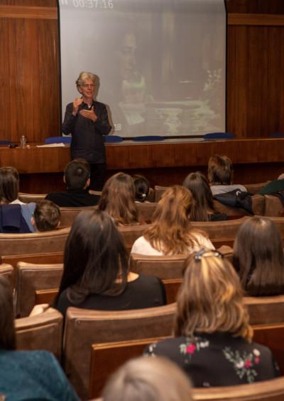 John Welsman magyaráz a résztvevőknek, a háttérben egy jelenet a projektoron