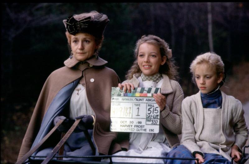 Abigail néni, Felicity és Sara ül a kocsin egy forgatási szünetben