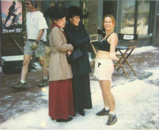 Felicity (Gema) és Olivia (Mag) állnak egy stábtaggal a díszletben