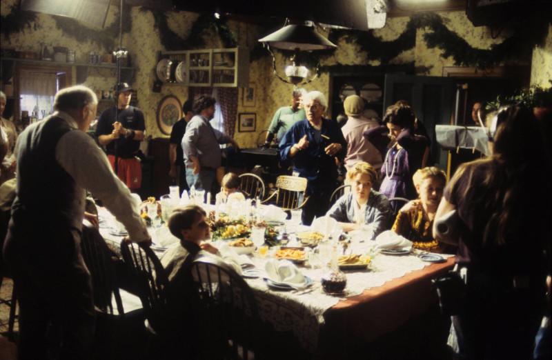 Kulisszák mögötti jelenet a Boldog karácsonyt, Miss King forgatásán a karácsonyi asztal körül.