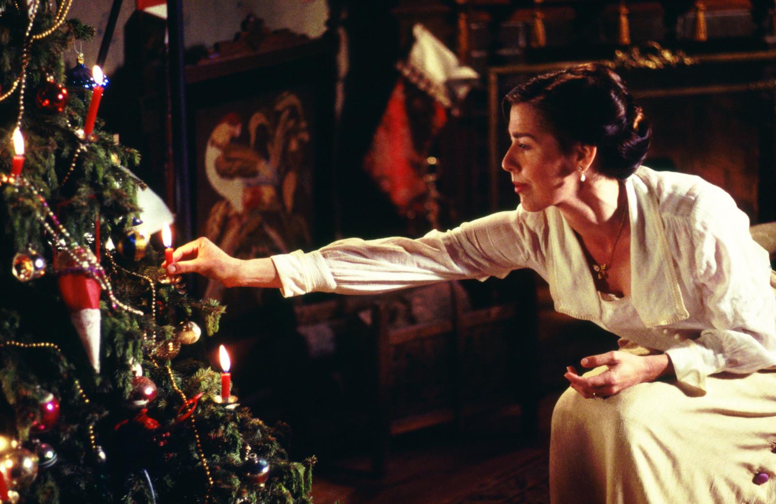 Olivia egy gyertyát gyújt a karácsonyfán