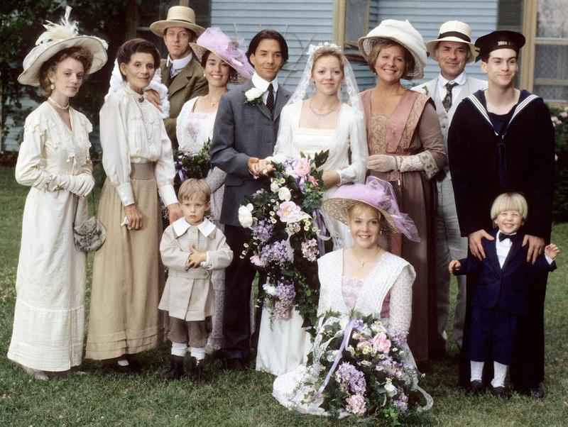A King család Felicity és Gus esküvője után egy csoportképen