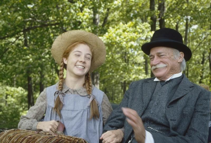 Anne és Matthew ülnek a kocsin mosolyogva