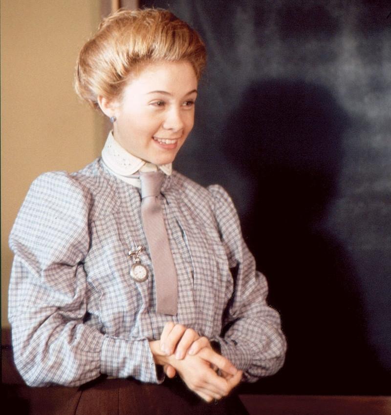 Anne Shirley tanítónőként a táblánál áll