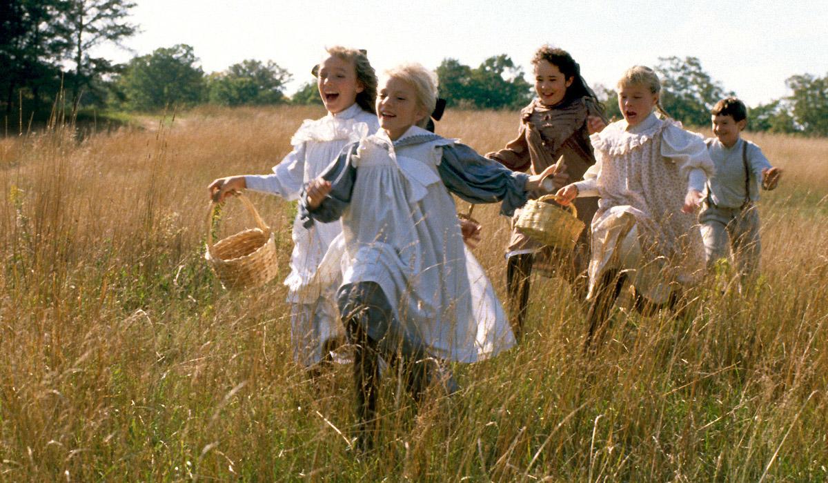 Gyerekek futnak a mezőn