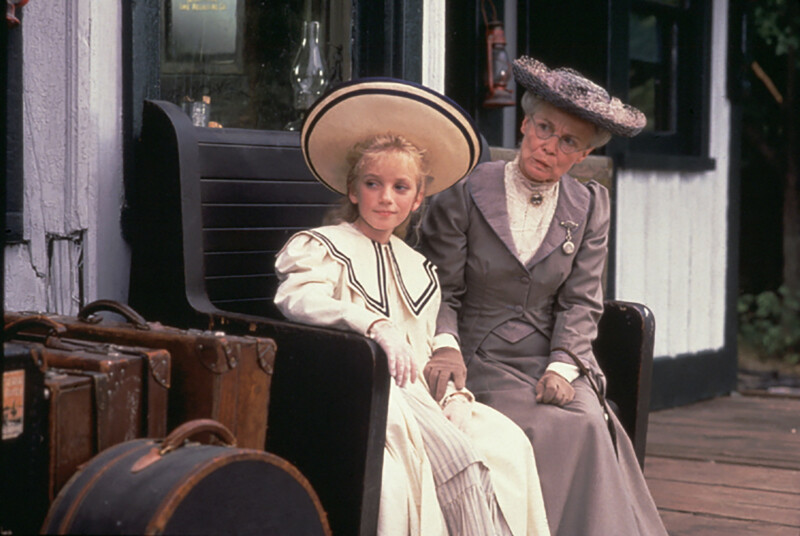 Sara és Louisa dadus az állomáson az első epizódban