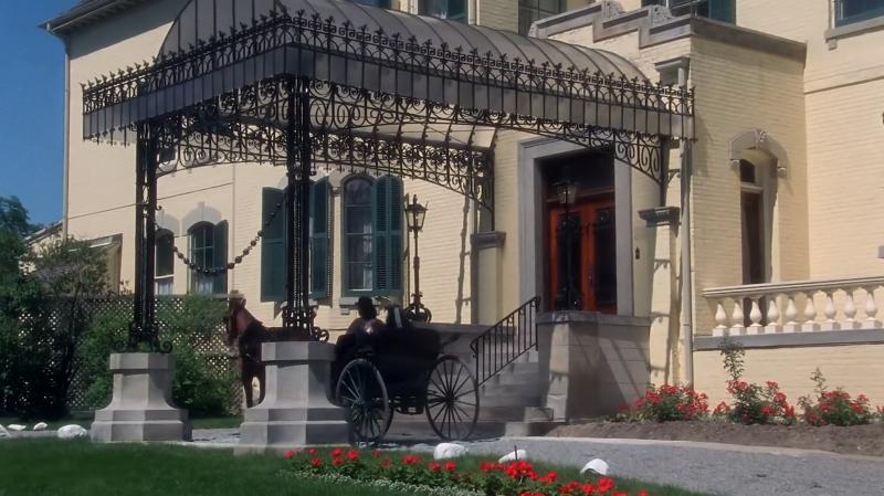 Jelenet az Annából: Josephine néni házához érkezik kocsival Anne és Diana