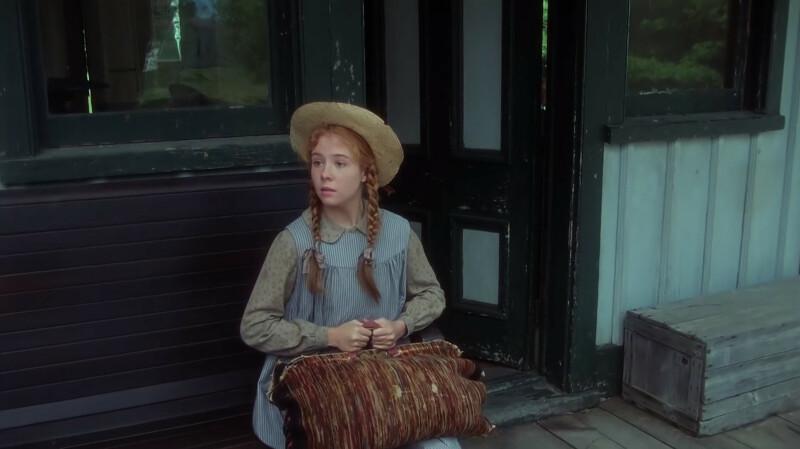 Jelenet a filmből: Anne ül az állomáson a táskáját szorongatva