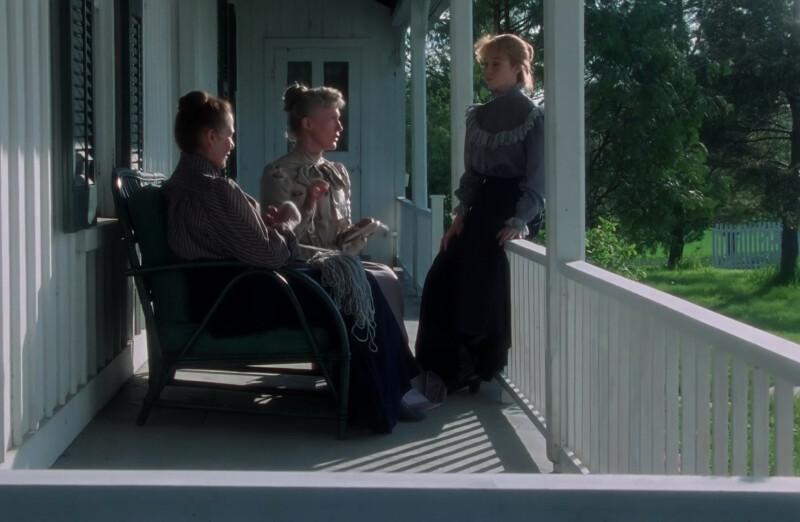 Jelenet az Annából: Marilla, Rachel és Anne Zöld Orom tornácán