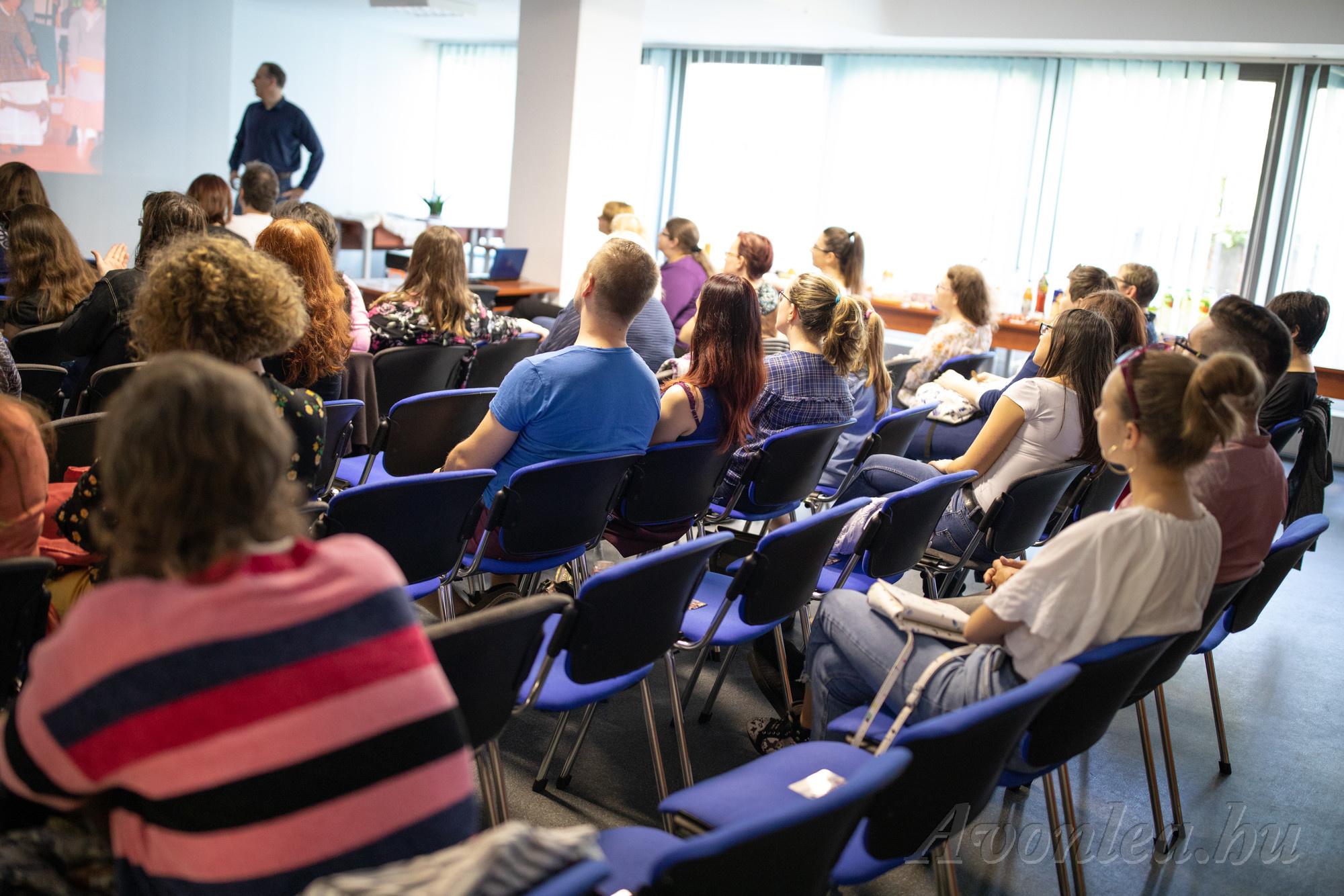 Sorozatrajongók nézik a prezentációt