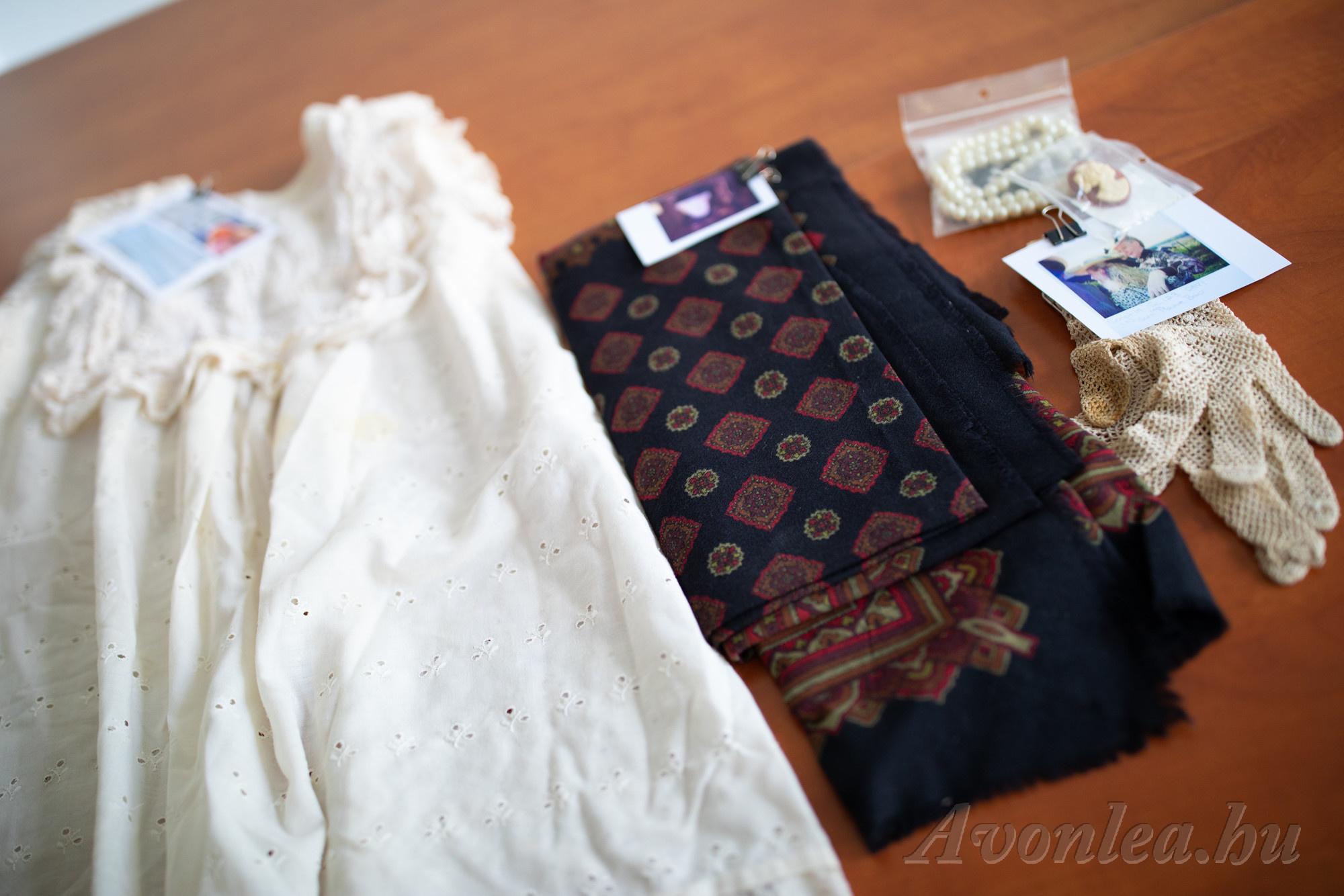 Hivatalos kellékek a sorozatból: Sara köténye, Mrs. Bugle sála, Mrs. Lynde kesztyűje, egy nyaklánc és egy bross