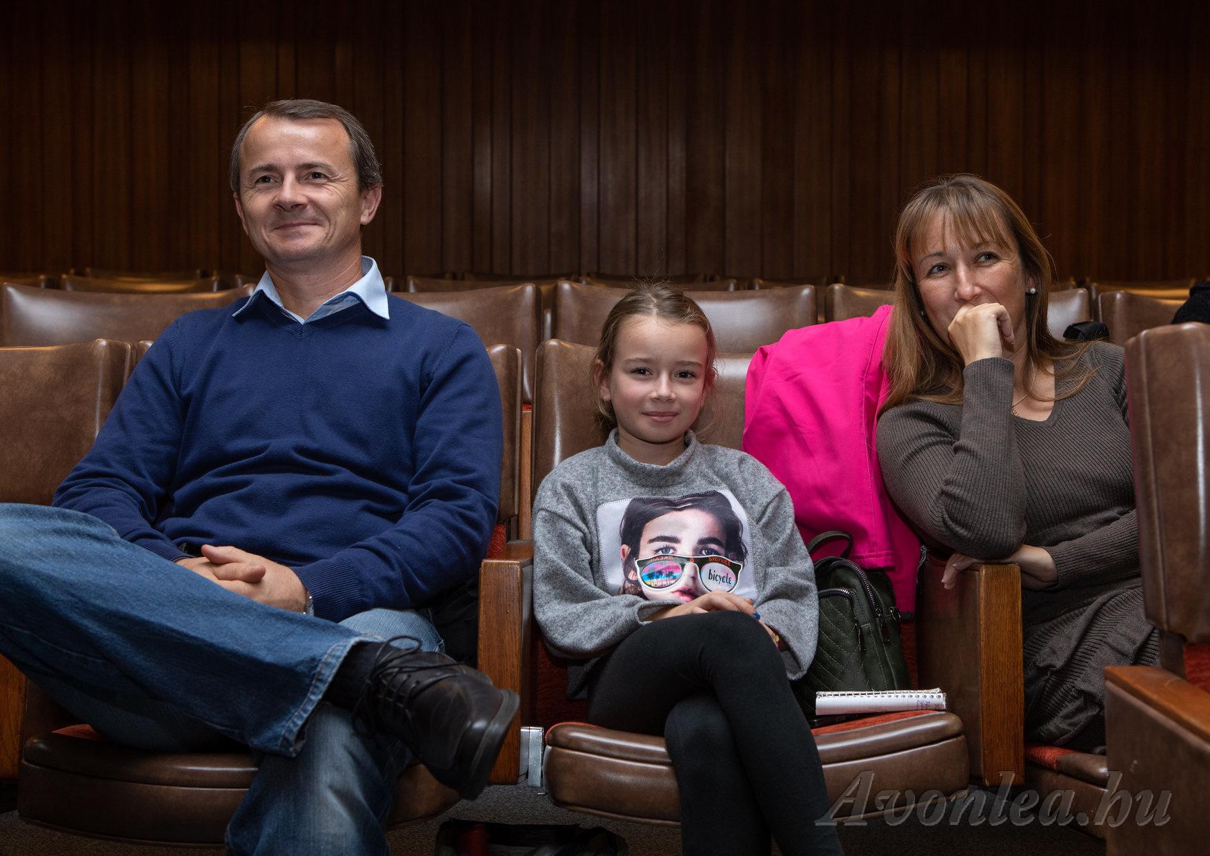 Tünde férjével és lányával