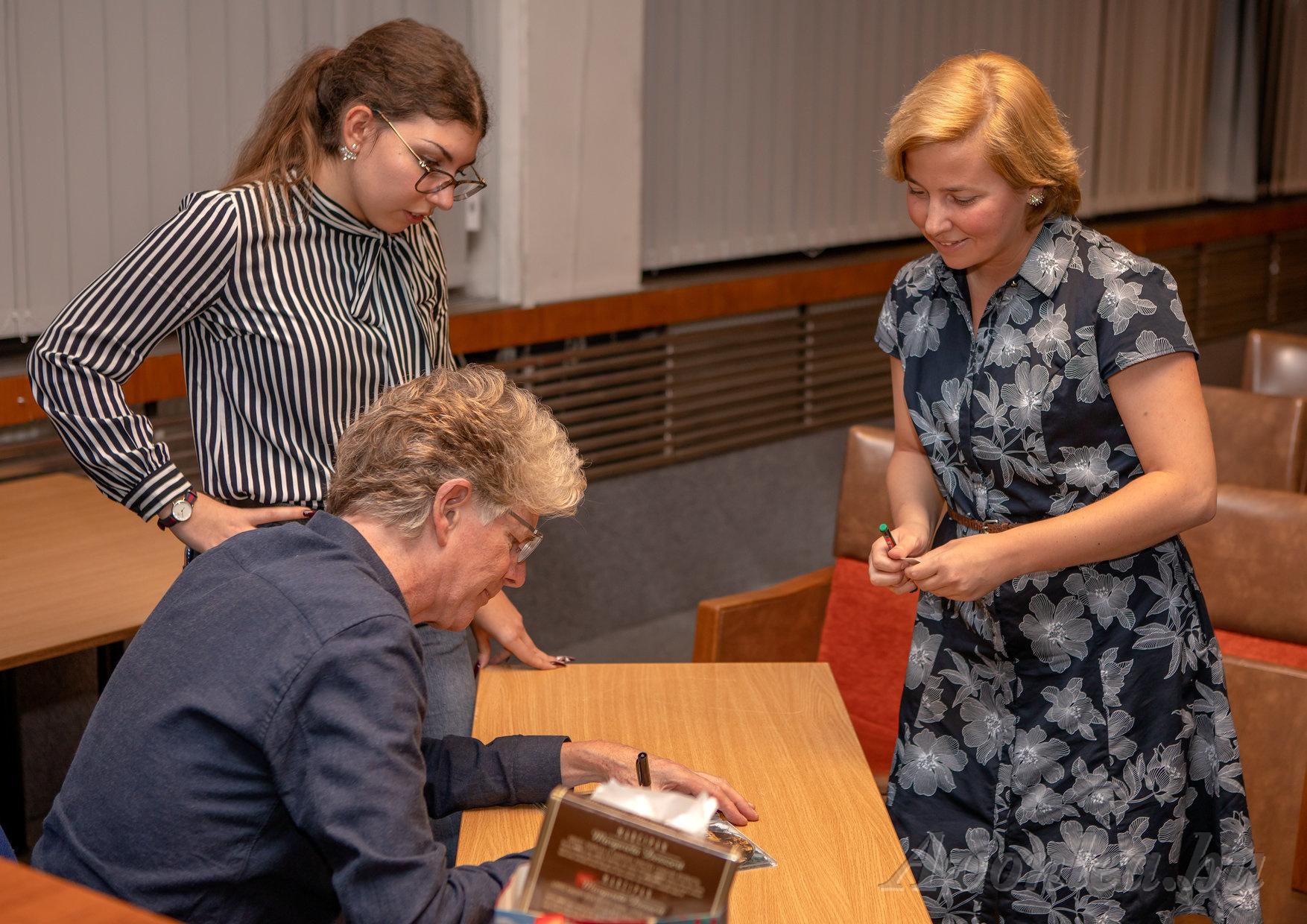Claire a magyar VU DVD-kiadásra kért autogramot
